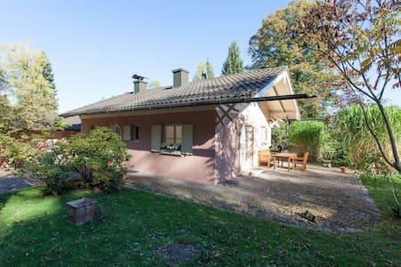 Charmantes Ferienhaus am Schloßpark - Berg - Hus