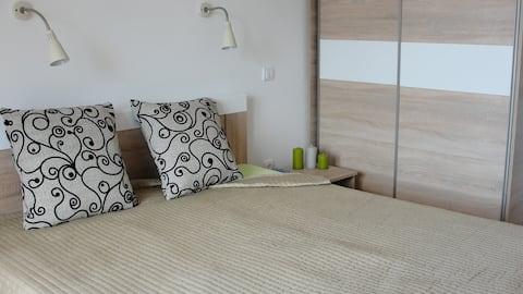Спальня с двуспальной кроватью и выходом на террасу