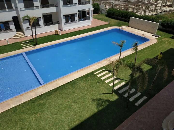 Appartement avec piscine et espace jeux.