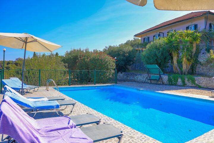Antigoni Villa Ena:  Shared pool, lovely views