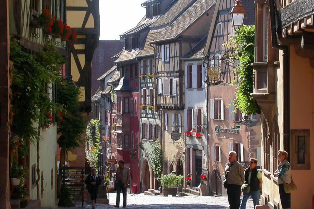 Voici la jolie rue piétonnière. La maison est sur cette photo.