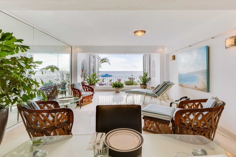 Interior view of the Condo with minimalist style. Condominio de Estilo Minimalista y Contemporáneo al pie de la Playa