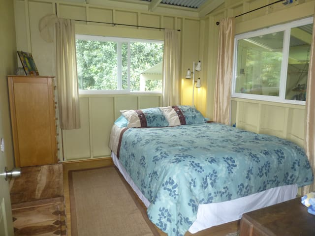 Queen Bed (Mauka side)