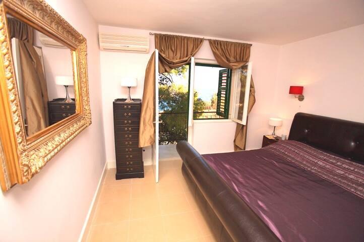 Spacious Villa just 50m from beach, large terrace - Jelsa - Villa