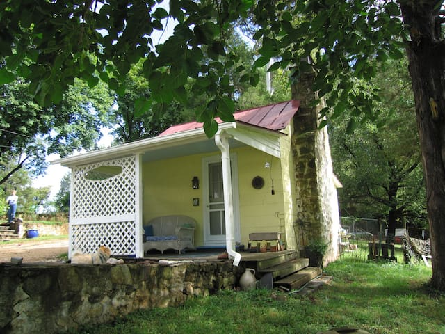 Getaway Cottage up Scenic Garth Rd - Close to UVA - Charlottesville - Cabin