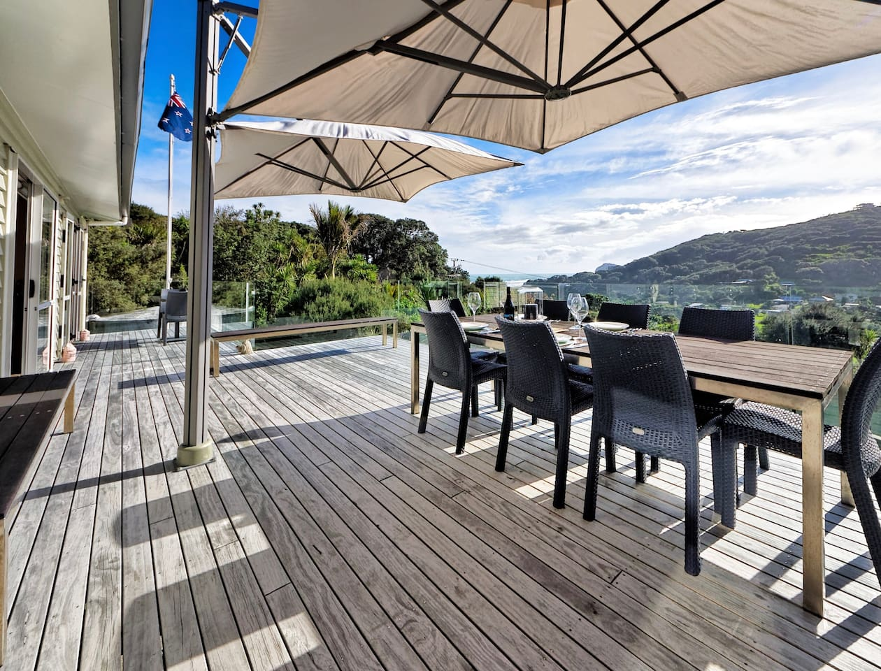 Explore Piha - Piha Holiday Home - Outdoor living and dining on the deck!