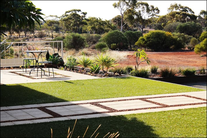 Kalgoorlie's No.1 Outback Bed & Breakfast - Hannans - Bed & Breakfast
