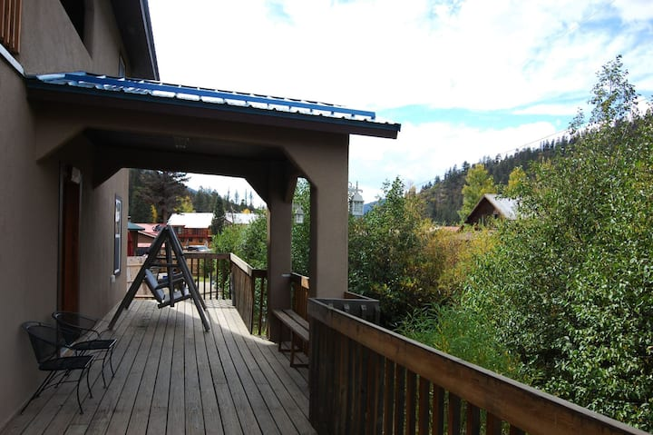 Hacienda on Pioneer Creek - In Town - WiFi - Cable - Washer/Dryer - Gas Fireplaces - On Pioneer Creek - Large Deck - Gas Grill - Two Living Rooms - No Trailer Parking