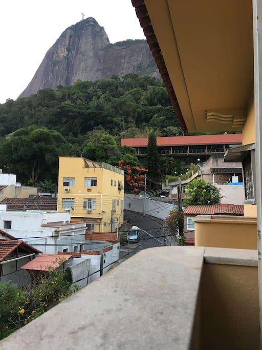 varanda do quarto ao fundo o clube Casa D espanha