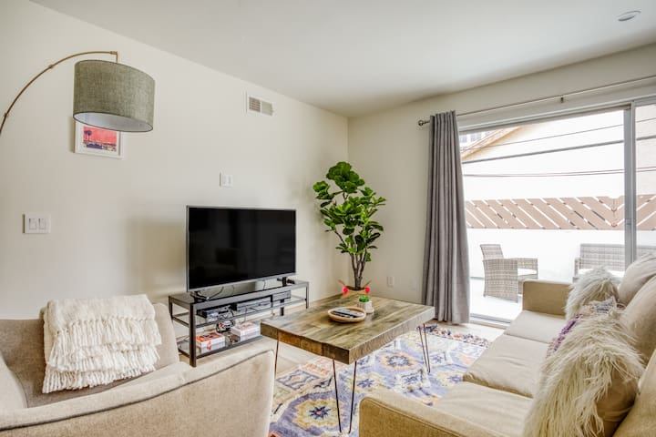 Sunny 2BR Apartment in Glendale by Zeus