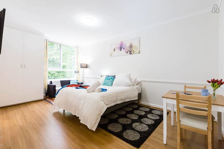 ★COUPLE'S CBD STUDIO★ Best Location MCG & Tennis