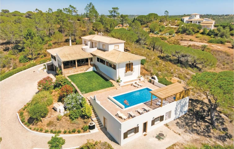 Holiday cottage with 6 bedrooms on 325m² in Algoz