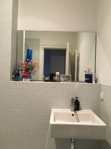 Small Bathroom / Kleines Bad