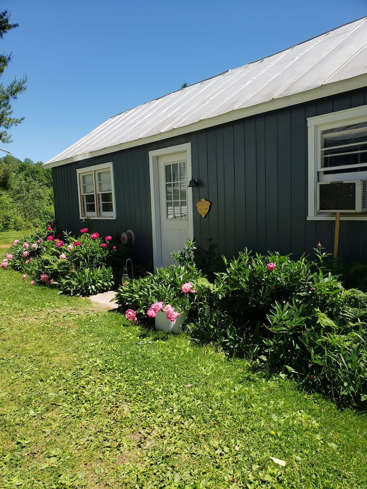 Romantic cottage for two near Waupaca Chain OLakes