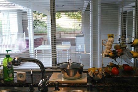 2 特价特大高档住宅,环境特别优美, 空气清新,果树花园游泳池 - Haus
