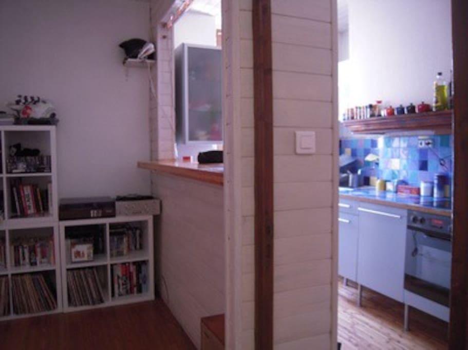 Salon (gauche), bar et cuisine