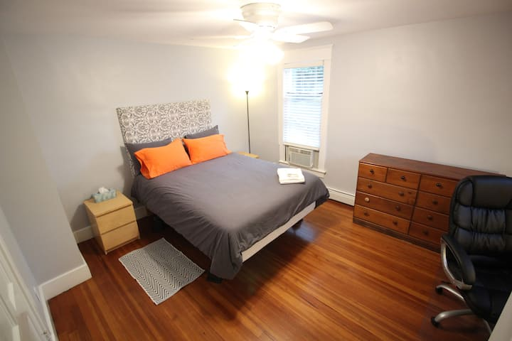 Cool Bedroom 3 Blocks From Campus, with Kittens