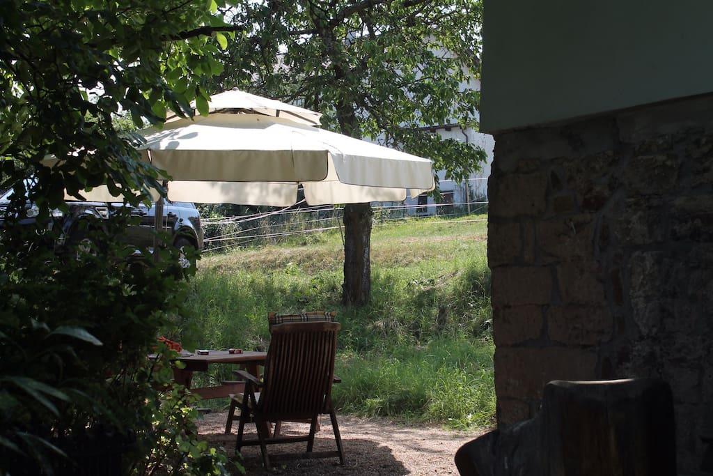 Sitzplatz unter dem alten Walnussbaum