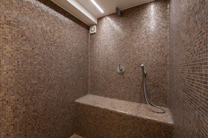 Bathroom on the groundfloor 1.
