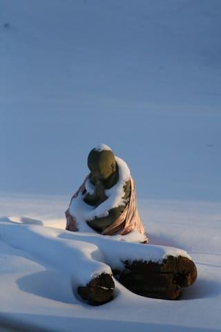 Beim Meditieren wird ihm nicht kalt ...