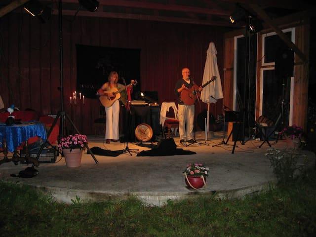"""Open-Air-Konzert auf der Bühne mit der Gruppe """"Kelpie"""""""