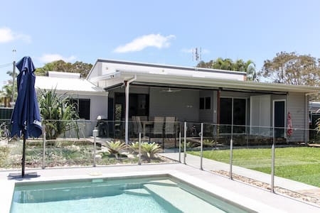 Pet-friendly beach house with pool - Mudjimba - Casa