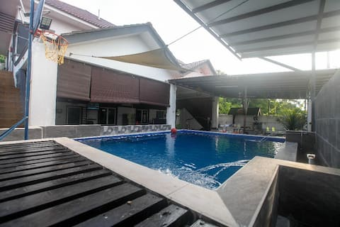 Bungalow Pool / Netflix/wifi/12 rooms in Shah Alam