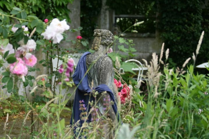 Romantisches Rosenmädchen im Hof