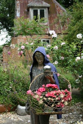Rosenmädchen im Hof vor dem Hexenhaus