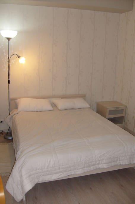 vrai lit double dans coin nuit