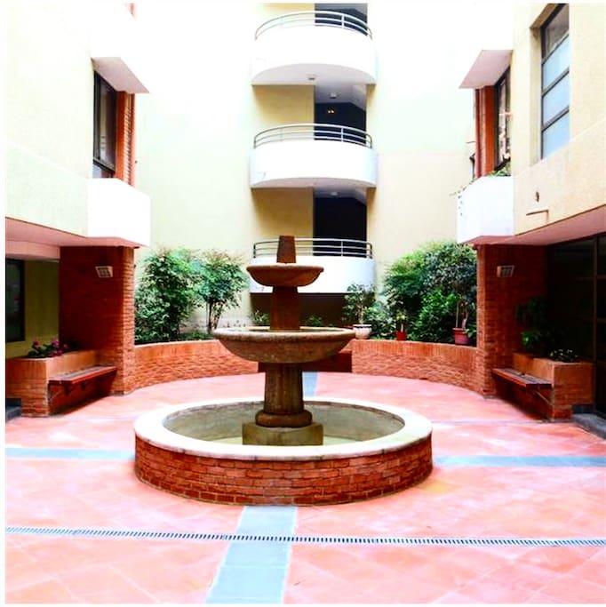 Fuente de agua al interior del edificio