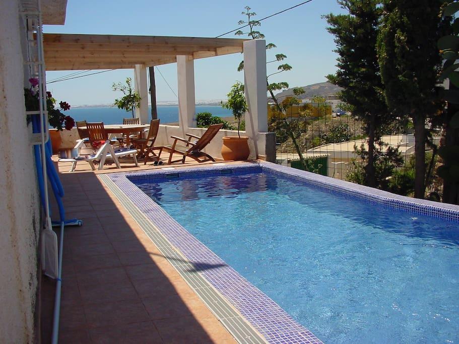 Chalet con jardin y piscina villas louer almer a for Piscinas almeria