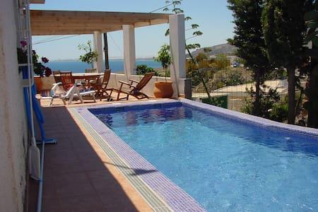 Chalet con jardin y piscina - Almería