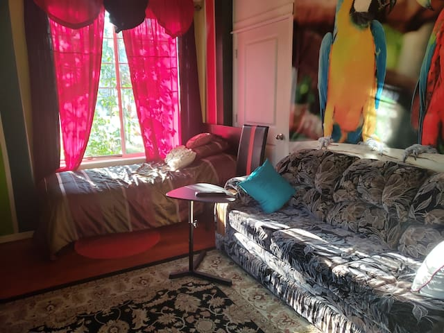 Private Room with Twin Bed + Couch in Happy Valley