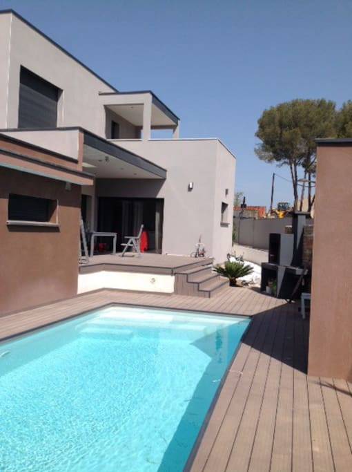 Villa contemporaine r cente piscine houses for rent in for Piscine jacou