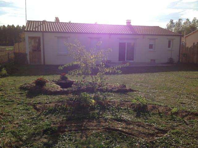 Chambres privatives avec vue sur la campagne - Saint-Léger-de-Montbrun - Casa