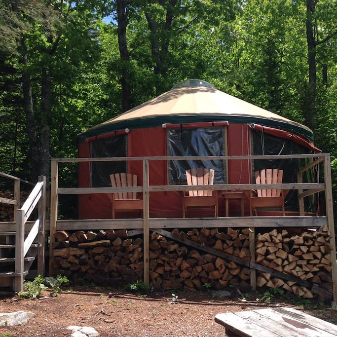 Raised windows and stocked firewood - a fun time awaits you!
