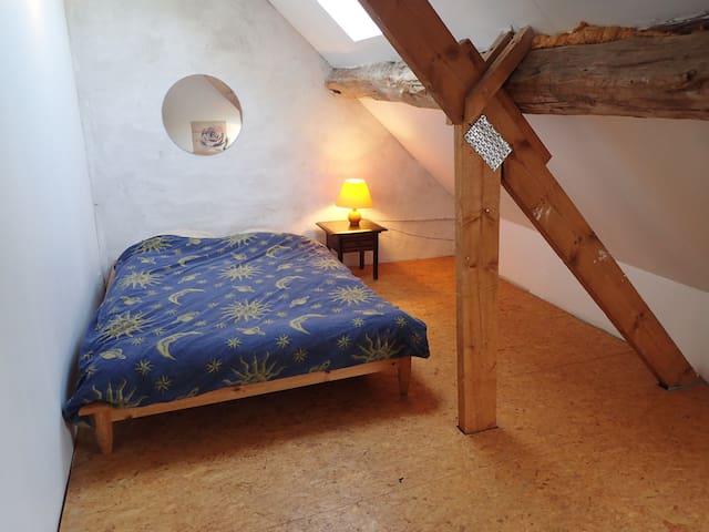 Petite chambre rustique