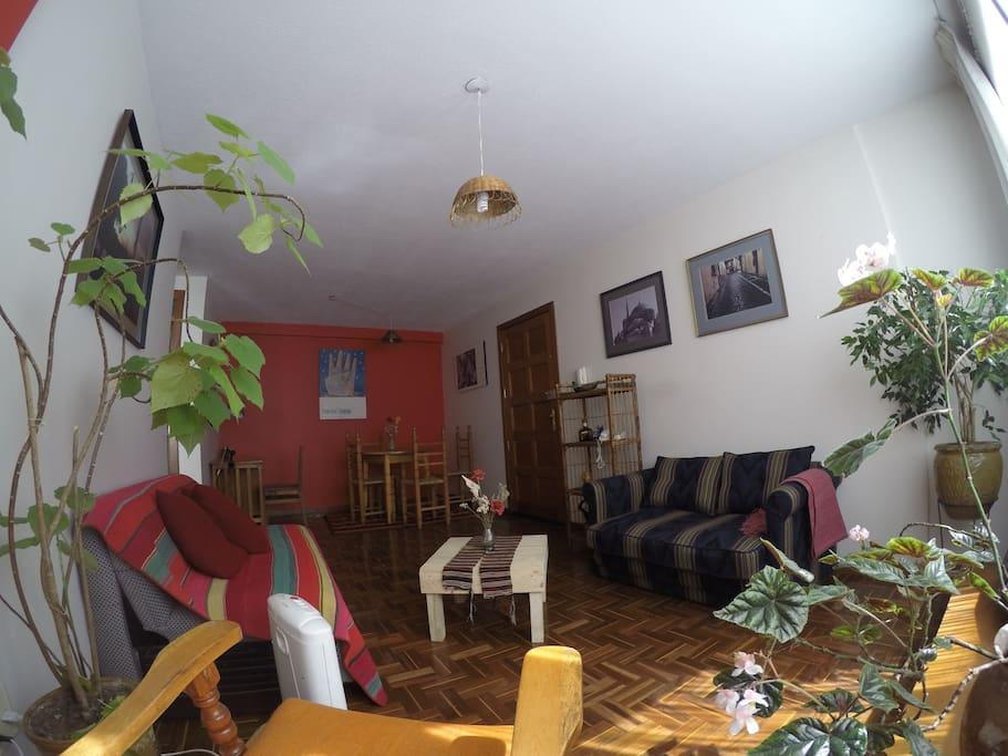 a view of the living room and the dinning room/una vista de la sala y el comedor