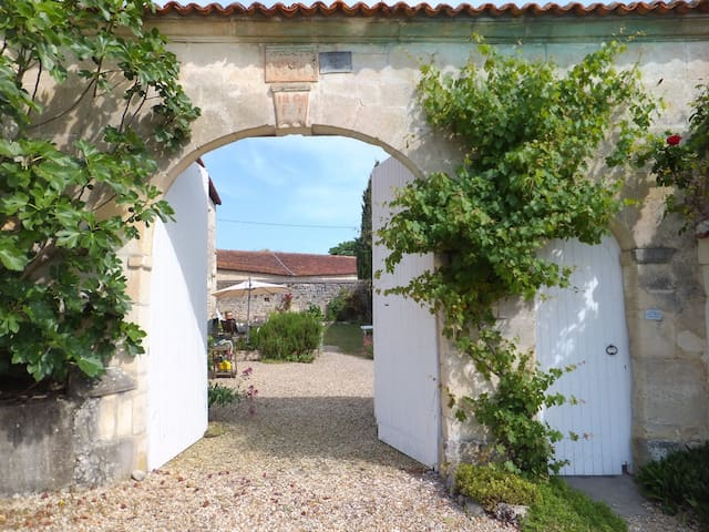 Country cottage in peaceful hamlet. - Saint-Saturnin - Haus