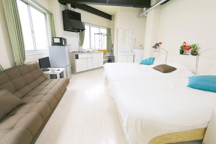There are 3 beds and 1 sofa bed so 4 people can stay! ベッドが3つ、ソファベッドが1つございますので最大4名樣が宿泊できます。