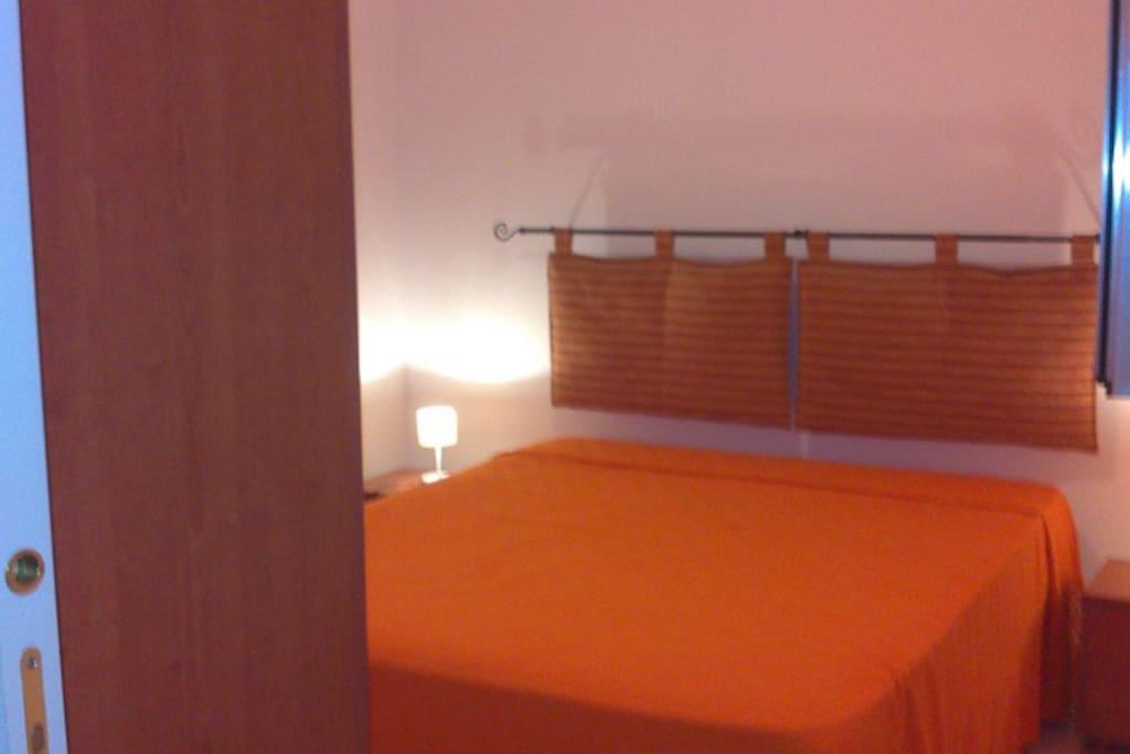 Camera da letto matrimoniale , con grande armadio e finestra