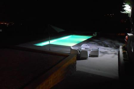 Casa tranquila com muito espaço - Vila Verde - วิลล่า