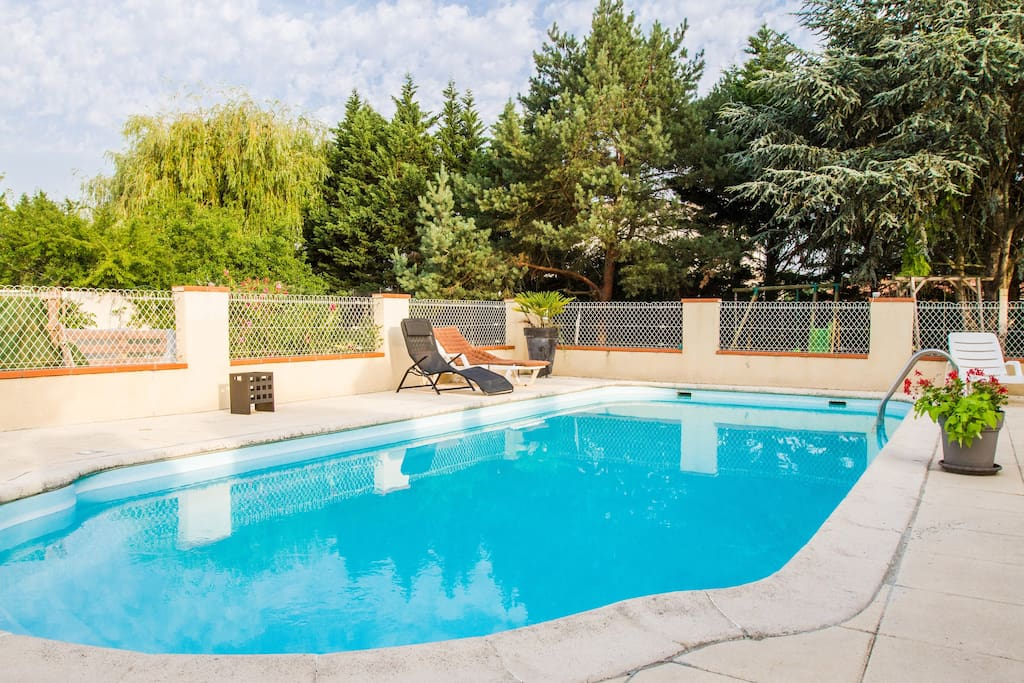 Nice house with private pool houses for rent in portet for Nice houses with pools