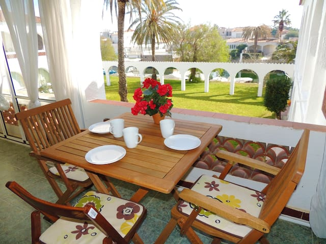 Fully equipped apartment with 1 bedroom, overlooking the garden and canal