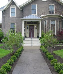 Historic home with heated pool. - Cobourg - Talo