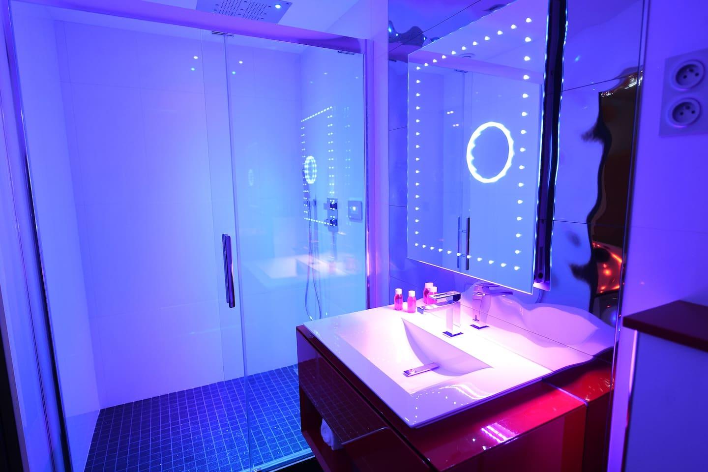 salle de bain douche tropicale ciel de pluie et chromotherapie