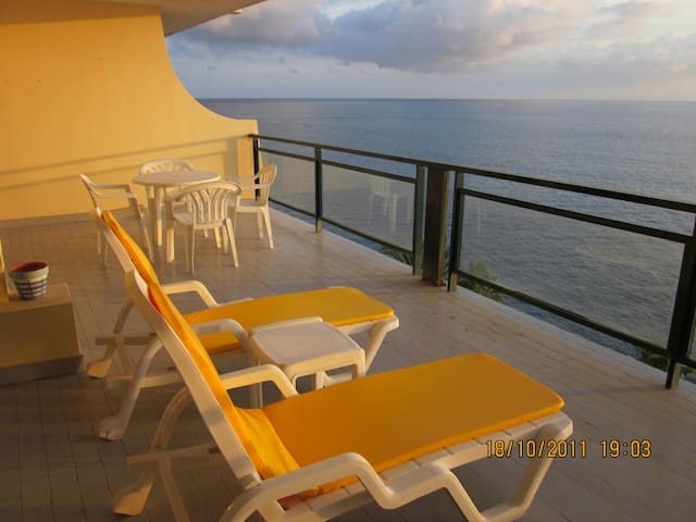 Funchal 3 bedr. beach apartment, pool, sea views