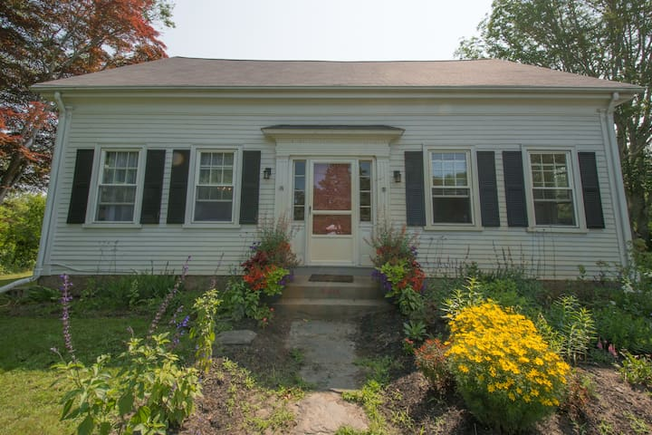 Historic village charm near beaches - Tiverton - Dom