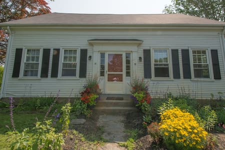 Historic village charm near beaches - Tiverton - Casa